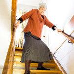 idosa-na-escada-portal-amigo-do-idoso