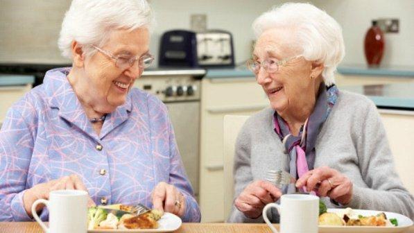 Resultado de imagem para idosos comendo