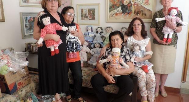 Aposentadas fazem bonecas para presentear crianças em hospitais